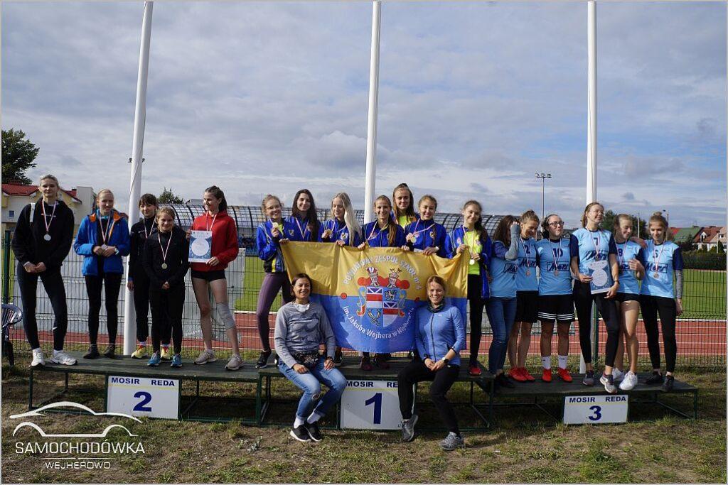 Dziewczęta na pierwszym miejscu podium