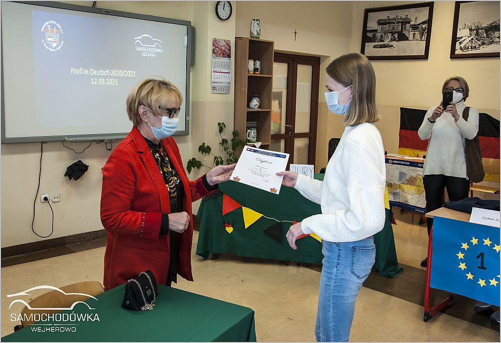 Konkurs Profi in Deutsch. Zwyciężczyni konkursu odbiera dyplom
